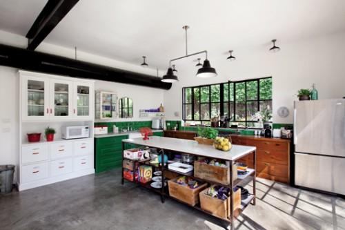 המטבח מרכז את השפה העיצובית של הבית: ישן וחדש, אוספים של פריטים ומתכת מול עץ. התוצאה הסופית אקלקטית וייחודית ומחברת את ההיסטוריה של היישוב למאה ה־21. צילום: בועז לביא