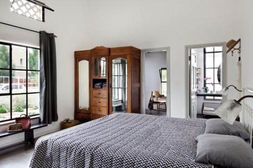 חדר השינה המרכזי ממוקם בחלל שהיה פעם חנות. אור רב חודר דרך חלון חזיתי גדול ומבעד לחלונות בחדרי העבודה והרחצה. צילום: בועז לביא