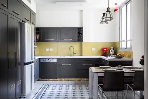 במקום המטבח הישן נבנה מטבח שחור ועדכני (נגרות גילי בן טוב, נגריית אקליפטוס) | צילום: איתי בנית