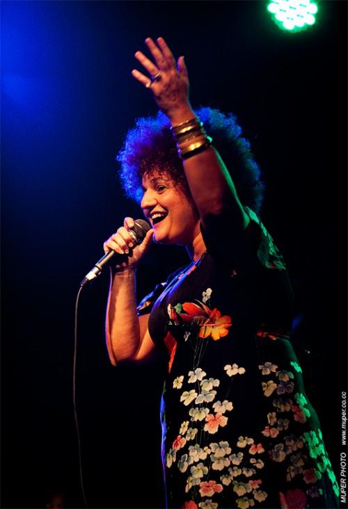 קרולינה בהופעה   צילום: Mupher Photo