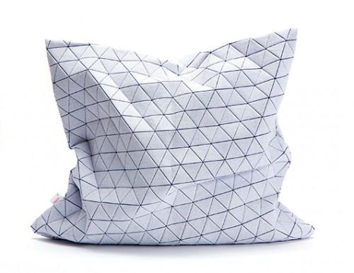 כרית אוריגמי של מופו | צילום: מיכאל טופיול