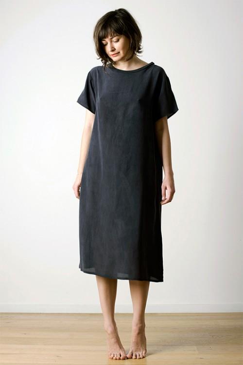 חלומית. שמלת משי של Base Range   צילום: שרון דרעי