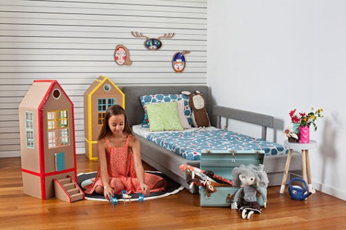 רעיון לאמץ: צרו ביחד עם הילדים בתי בובות מארגזי קרטון וניירות דבק צבעוניים | צילום: בועז לביא. מצולמת: תמרה הולנדר