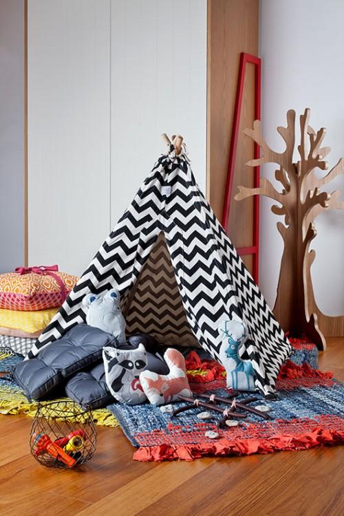 רעיון לאמץ: קחו שלל שטיחים, שמיכות וכריות וצרו מחנה כיפי בתוך החדר | צילום: בועז לביא