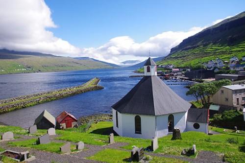 לעיתים הכפרים באיים כוללים לא יותר מכמה בתים וכנסייה   צילום: שאול אדר