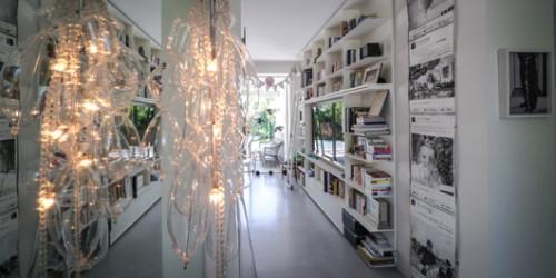 ספרייה מודולרית תורמת לצבעוניות הבית, התמונה במסדרון נקנתה בשוק בבייג'ין | צילום: איתי סיקולסקי