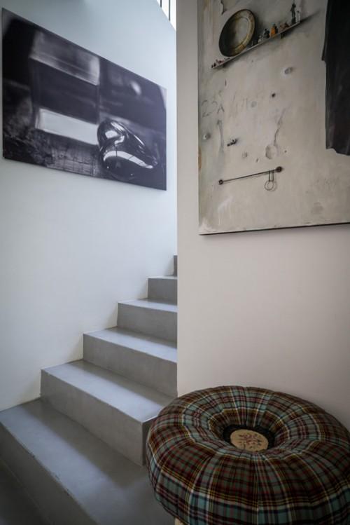 מדרגות מיציקת בטון בעלייה לאגף החדרים | צילום: איתי סיקולסקי