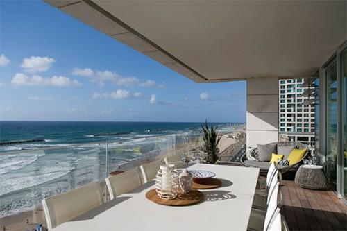 הגובה והנוף הפנורמי הבלתי מופר יוצרים תחושה שהמרפסת תלויה ממש מעל הים   צילום: שירן כרמל