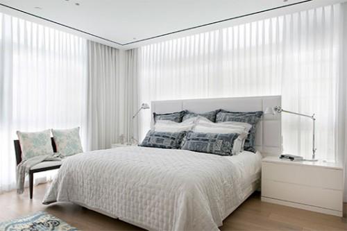 מתגי החשמל והחיווט מוקמו בגב המיטה בשל החוסר בקירות בנויים   צילום: שירן כרמל