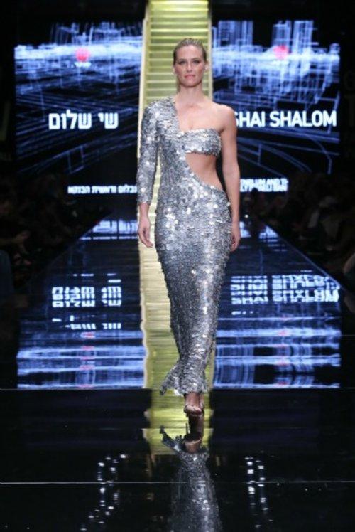 בר רפאלי לובשת שי שלום בתצוגת הפתיחה של שבוע האופנה | צילום: אבי ולדמן