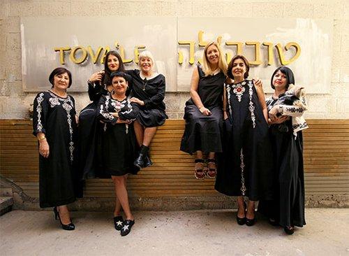 הצוות של טובה'לה לובש טובה'לה | צילום: נועה יפה | ניהול קריאייטיב: טל קליינבורט | איפור: מרים גרוסברד, נלה סטרונגין | שיער: ענבל לובלין