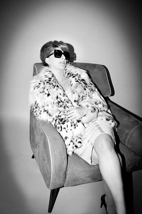 שמלה: herve leger למאדם דה פומפדור | מעיל: blue les copains למילוס גן העיר | נעליים: זארה | משפקי שמש: דולצ'ה וגבאנה לאיי אופטיק | כורסה: אליתה ליווינג ellita.co.il | צילום: עדי אורני