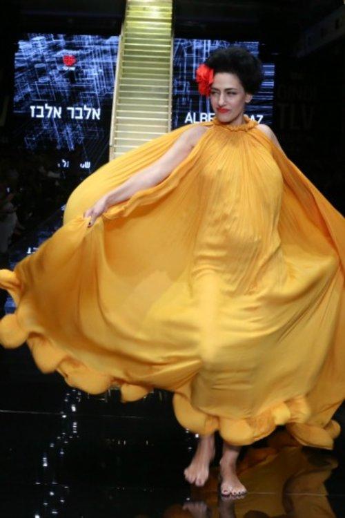 רונית אלקבץ בשמלה של אלבר אלבז בתצוגת הפתיחה של שבוע האופנה | צילום: אבי ולדמן