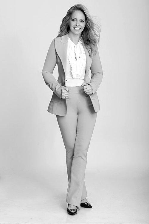 סיגל דוארי (אפריאט) | חליפה: קאמרינו דורית קפלן | חולצה זארה | נעליים: בלדיני | צילום: סם יצחקוב