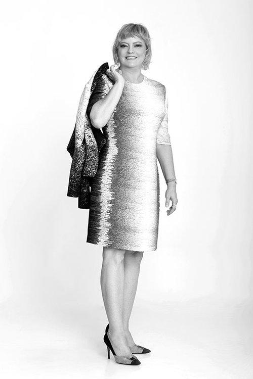ליהיא כהן-דמבינסקי | שמלה וג'קט: אליאן סטולרו | נעליים: בלדיני | שעון: אן קליין לאימפרס | צילום: סם יצחקוב