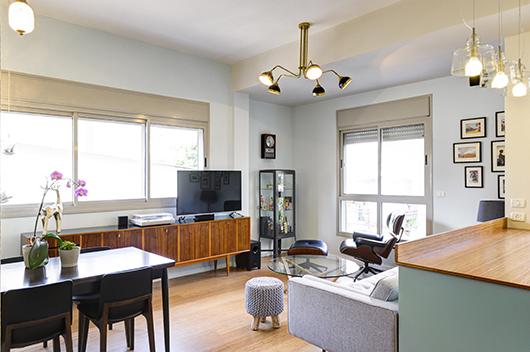 למרות שטחה הקטן של הדירה, הסלון משרה תחושה מאווררת ומוארת בזכות ריהוט מאופק בגוונים סולידיים | צלום: אדריאן דודה