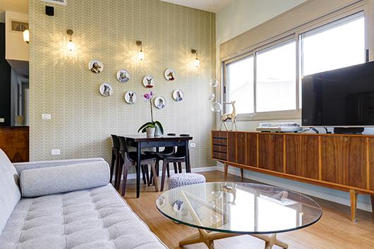 בעזרת תכנון מושכל ופרישות חוזרות ונשנות הצליחה המעצבת למצוא מקום לפינת האוכל בסלון | צילום: אדריאן דודה