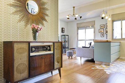 המבואה מגדירה את סגנון הדירה באביזרים שנרכשו בשוק הפשפשים, חלקם ישנים וחלקם בסגנון ישן | צילום: אדריאן דודה