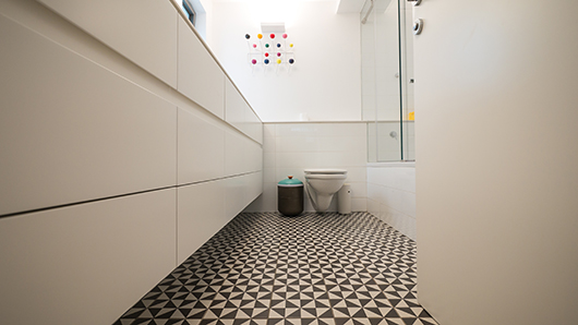 חדר הרחצה של הילדים. שימוש מושכל בחומרים תורם ליצירת מרחב נעים ומואר | צילום: איתי סיקולסקי