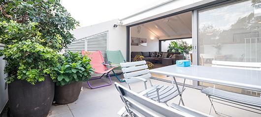 אחת משתי מרפסות השמש, המותחות את גבולות המרחב הפנימי של הבית ומכניסות את החוץ פנימה וגם ההפך (ריהוט פנטהאוז) | צילום: איתי סיקולסקי