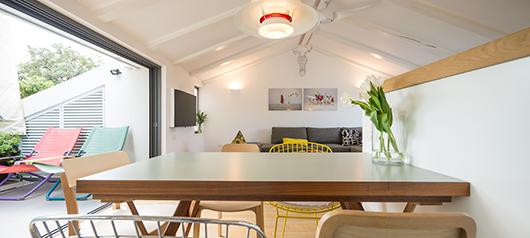 שולחן האוכל תוכנן עבור המשפחה בעיצוב רטרו (אייטמס) וצורפו אליו כיסאות שונים | צילום: איתי סיקולסקי