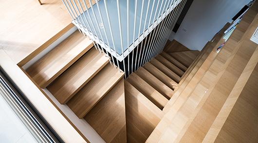 מבט לעבר גרם המדרגות מהקומה העליונה | צילום: איתי סיקולסקי