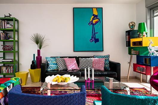 הספה השחורה מאיקאה ושולחן הקפה הגיעו עם בעלי הבית ואליהם הצטרפו שטיחים, כורסאות וכריות שרובם רופדו בבדים ססגוניים של שכטר   צילום: עוזי פורת