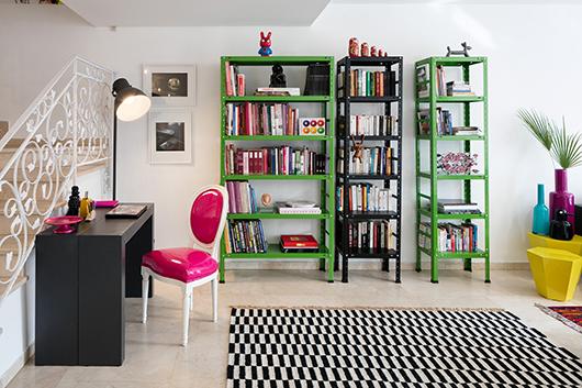רהיטים מפח במראה תעשייתי שנצבעו על פי בקשתו של גריה ותורמים למראה עדכני ושובב   צילום: עוזי פורת