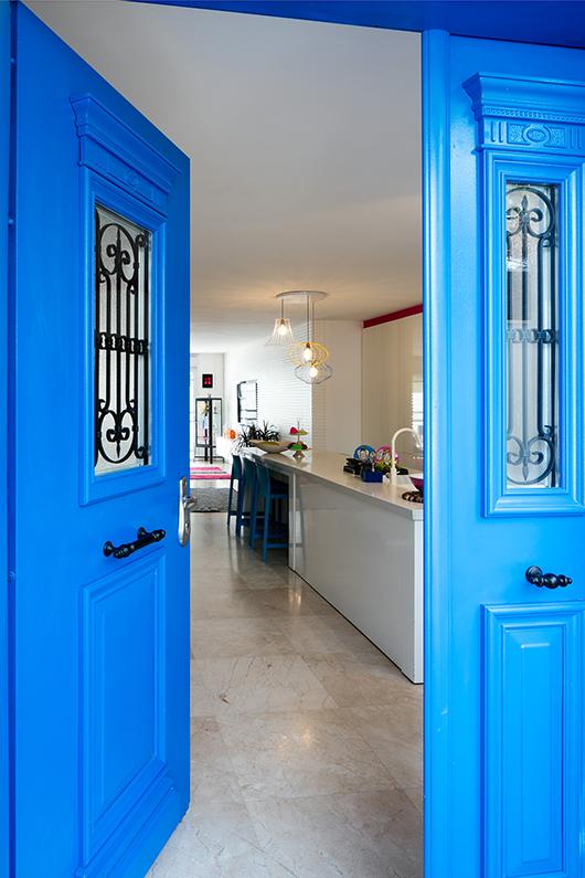 לגריב לא היה קל לשכנע את בעלי הבית לצבוע את דלת הכניסה בכחול, אך זה המקום להעז ולבשר על המתרחש בפנים   צילום: עוזי פורת