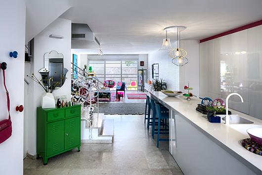 בכניסה לבית נגלה המטבח וככל שמעמיקים פנימה, נחשפים לעוצמה הצבעונית   צילום: עוזי פורת