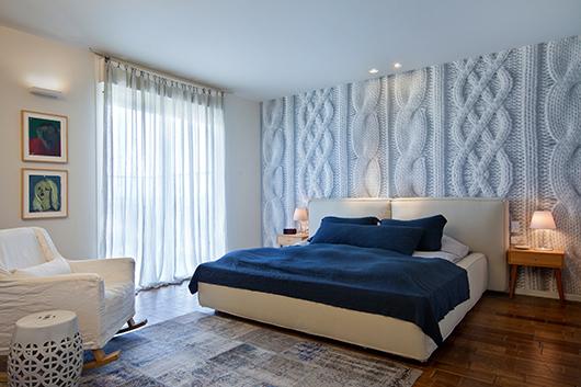 פרקט במבוק, פריטי טקסטיל וטפט בדוגמת סריגה מעניקים לחדר השינה המרווח מראה חמים | צילום: בועז לביא