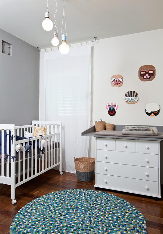 חדר התינוק עוצב בסגנון לא תינוקי בעזרת צבעים ומסכות שיצר צחי נבו | צילום: בועז לביא