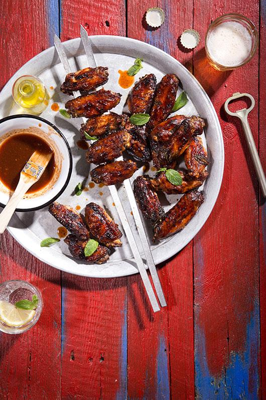 שיפודי כנפי עוף בסרצ'יצ'ה ולימון | צילום: שרית גופן