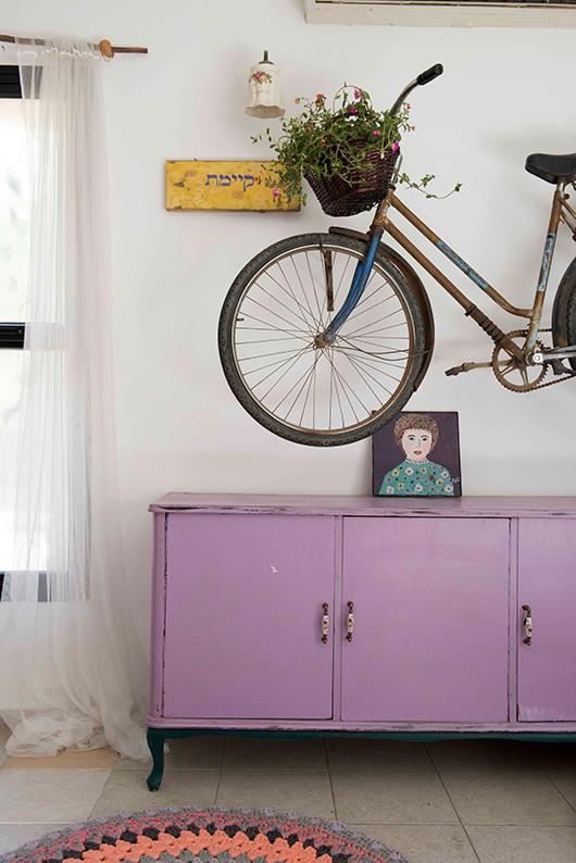 היכרות עם צורכי המשפחה הוא שלב הכרחי בתהליך הלבשת הבית. כך הפכו אופניים לאלמנט עיצובי בחלל   עיצוב: שוקילי   צילום: גלעד רדט