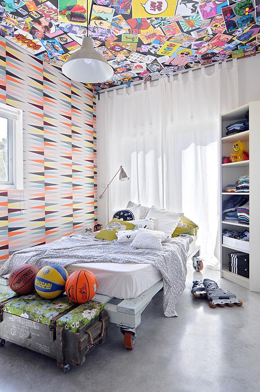 חיפוי של קיר ותקרה בטפטים צבעוניים משנים את כל התחושה בחלל ויכולים ליצור אפיון מובהק לחדר שתוכנן בצורה גנרית ובחומרי בסיס ניטרליים   עיצוב: אנדראה סולטר   צילום: שי אדם