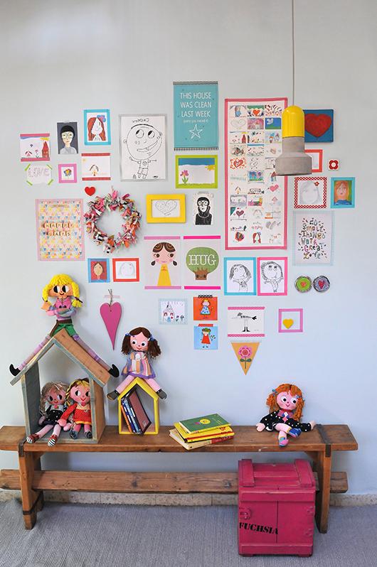 קומפוזיציה של איורים ואלמנטים אהובים המשלבים מסגור וניירות דבק בצבעוניות שמחה על הקיר, מספרים את סיפורו של המתגורר בחלל ויוצרים קיר אישי וייחודי   עיצוב: רונה קינן פיש   צילום: שי אדם
