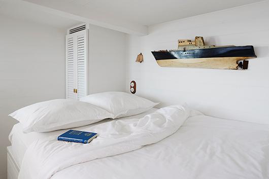 חדרי השינה עוצבו בפרטים ברוח הים שיחד עם מצעי כותנה יוקרתיים מעניקים תחושת פינוק   צילום: Francis Amiand