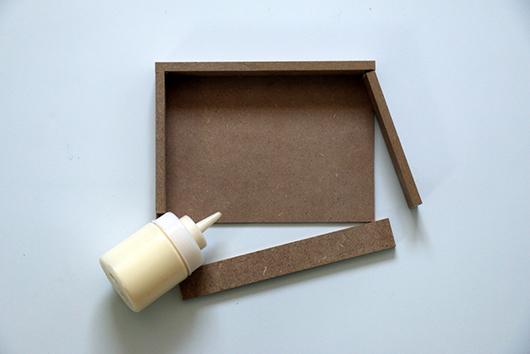 שלב 1: יוצרים מגש מחלקי mdf בגודל פנים המסגרת, מדביקים את החלקים בדבק נגרים