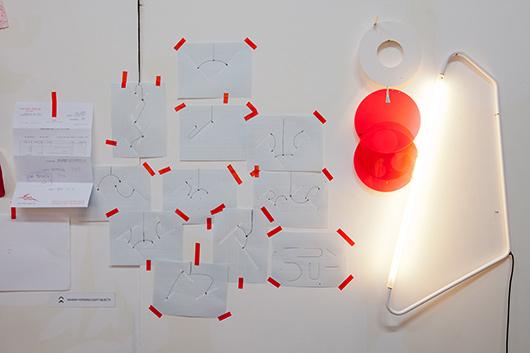 מתוך הסטודיו של מעצבת גופי התאורה נעמה הופמן | צילום: בועז לביא