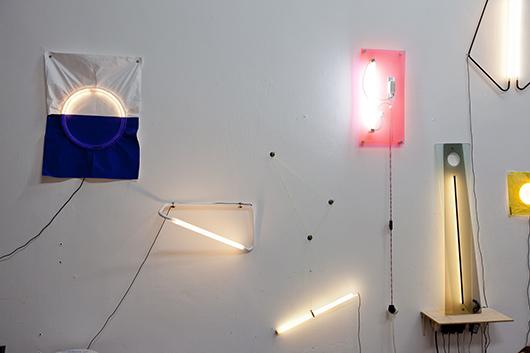 האובייקטים של נעמה הופמן מזכירים יותר יצירות אמנות מגופי תאורה | צילום: בועז לביא