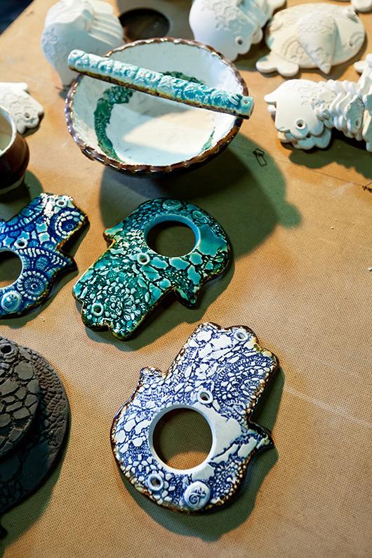 כלי קרמיקה של האמן רמון מנדסונה | צילום: בועז לביא
