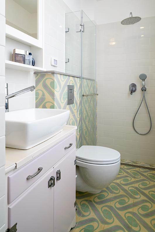 חדר הרחצה של ההורים עוצב בסגנון וינטג' ולמרות גודלו הוקדש שטח רחב למקלחון | צילום: אדריאן דודה