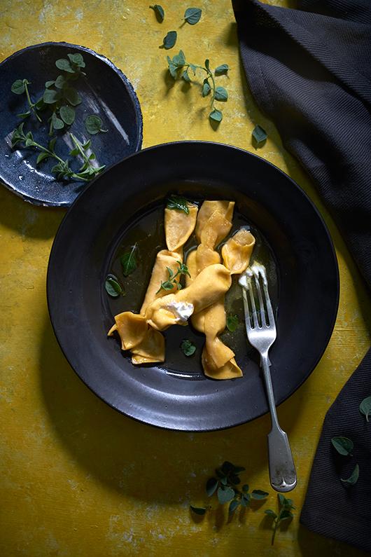 סוכריות פסטה במילוי לבנה ברוטב חמאת זעתר | צילום: אנטולי מיכאלו