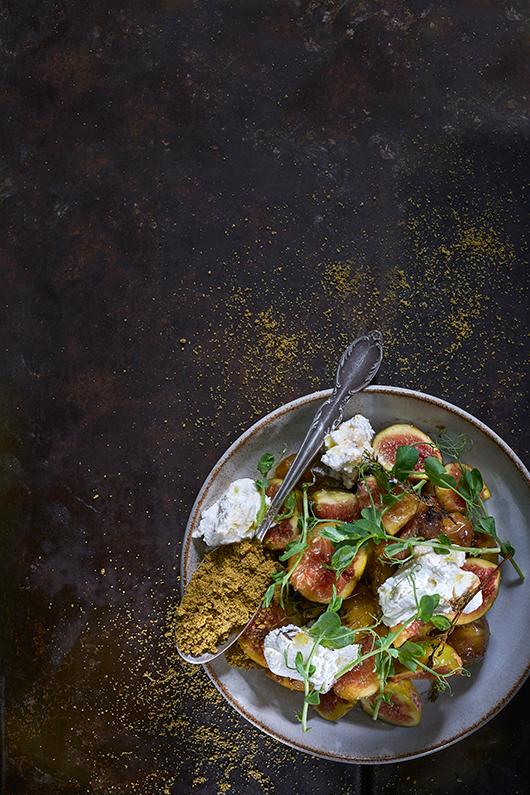 סלט תאנים עם גבינת בושה ואבקת פיצוחים | צילום: אנטולי מיכאלו