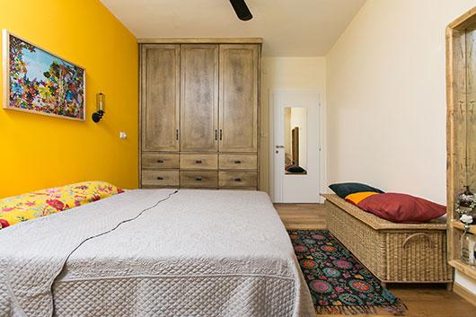 חדר השינה של ההורים. בעלת הבית חלמה על בית מלא צבע ובזכות המינון המדויק נוצרה אווירה נעימה | צילום: שירן כרמל