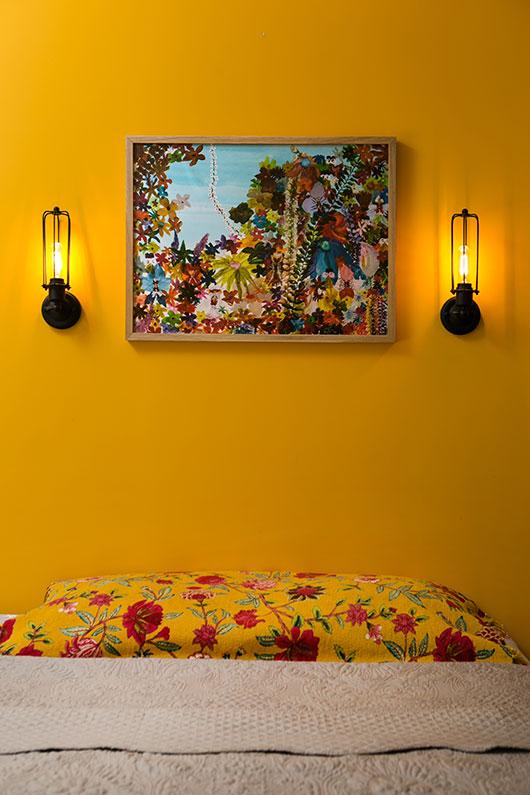 מעל מיטת ההורים. עבודה צבעונית של נועה רון | צילום: שירן כרמל