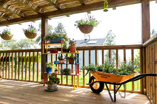 המרפסת הקדמית בבית הילדים בקיבוץ | צילום: שירן כרמל