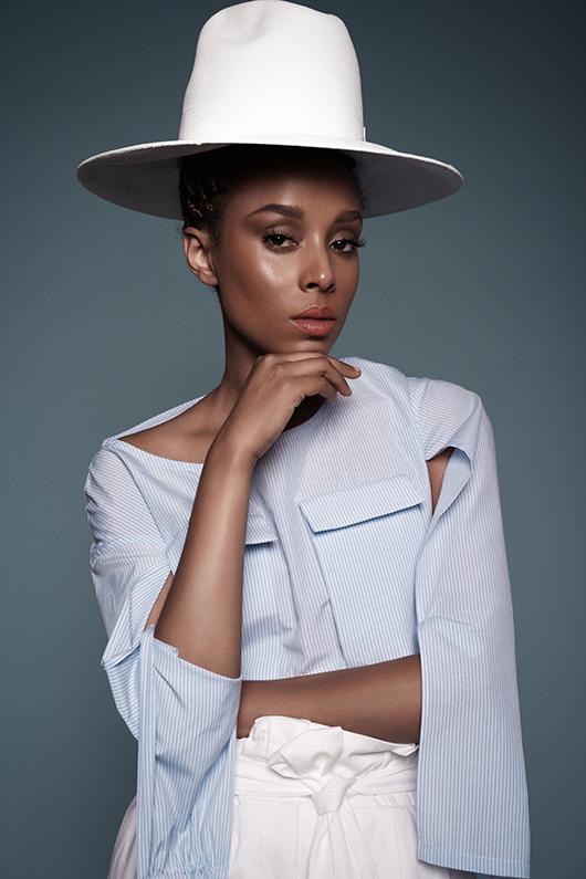 """""""הצניעות טבועה בי. אפילו עם חולצות בטן קשה לי"""". אסתר רדא   כובע לבן: אוסף פרטי   חולצה: עמית לוננפלד פרויקט גמר שנקר   מכנסיים: זארה   צילום: רון קדמי"""
