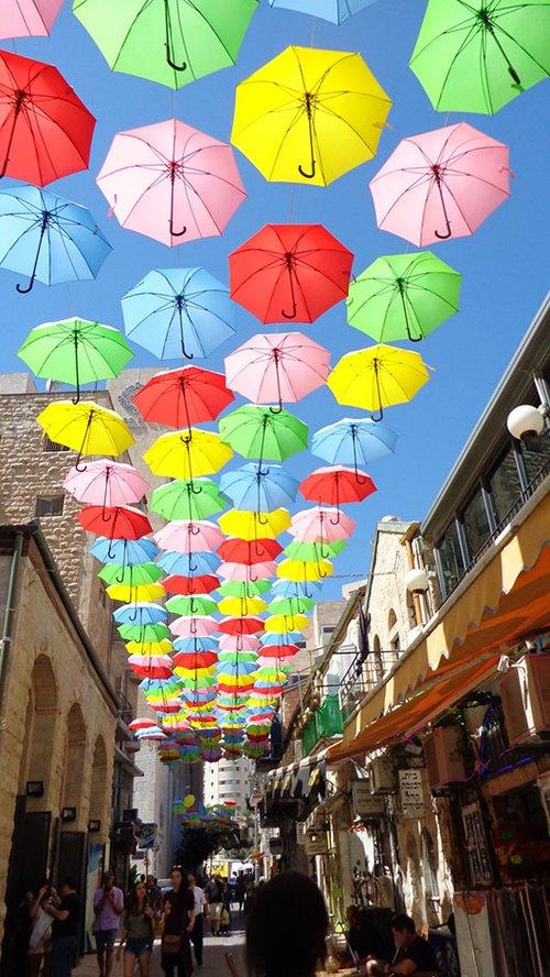 מטריות על דרך יפו | צילום: אריאלה אפללו