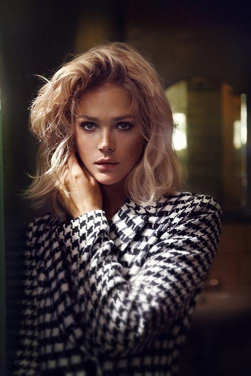 אסתי גינזבורג | מעיל: גולברי | עגילים: בלטו | צילום: אייל נבו